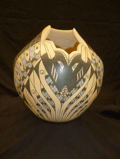 Olla de barro estilo Mata Ortiz (o Paquimé) de la ceramista Érika Lujambio.  Taller de cerámica Paquimé del Maestro Eusebio Ortega Moreno en Cancún, Quintana Roo, México.
