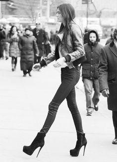 Kendall Jenner - Black skinny jeans and sky heels Kendall Jenner Style, Kendall Jenner Mode, Kendall Jenner Height, Sky Heels, High Heels, Look Fashion, Womens Fashion, Fashion Trends, Street Fashion