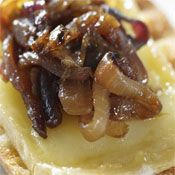 For a burger with a New Orleans beat, top it with this Bourbon Caramelized Onions recipe. Onion Recipes, Jam Recipes, Great Recipes, Cooking Recipes, Pastry Recipes, Caramelized Onions Recipe, Carmelized Onions, Onion Jam, Onion Relish