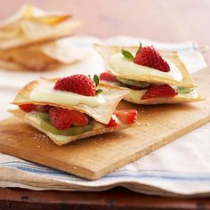 You only need 20 minutes for these diabetic dessert stacks. Wonton crusts are light on carbs and the fruit filling contains no artificial sugar! Top with lemon yogurt for a quick and easy recipe!