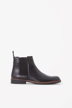 These Chelsea boots are made from smooth polished leather and contrast elasticated inserts. With a comfortable leather lining and cushioned insoles, they have a pull-on leather tab and stacked wooden sole.