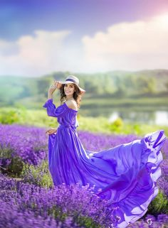 Lavender Blue, Lavender Fields, Lavender Flowers, Purple Love, Shades Of Purple, Lavendar Painting, Mode Glamour, Hippy Chic, Girls With Flowers