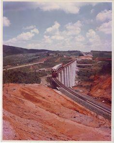Obras da Central do Paraná. Trem no Viaduto Paraná na Serra do Cadeado, Ortigueira, Estrada de Ferro Central do Paraná, déc.1970!!!  Foto arquivo de CR Almeida e Britanite!! — em Ortigueira.