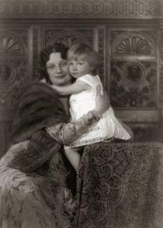 H.K.H. Astrid, Prinses van België met Prinses Josephine-Charlotte van België. 1931, bromide foto formaat 16 x 22 cm. Foto van Robert Marchand uit de verzameling van Wilfried Vandevelde.