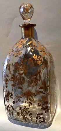 DELVAUX, flacon en verre à décor de feuillages dorés. Signé Delvaux rue royale. Hauteur : 27 cm.