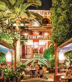Mallorca verspielte Open-Air-Bar Verspielte Open-Air-Bar  Der Bosque des Bellver, ein Wald mitten in Palma, birgt ein wunderschönes Geheimnis: Versteckt im Innenhof des Gästehauses Corona befindet sich eine Bar. Unter mächtigen Palmen lassen die Gäste den Sommerabend mit einem Mojito ausklingen, spielen Tischtennis oder eine Partie Schach im Kerzenschein.  hostal-corona.com