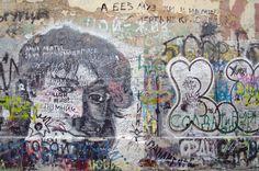 모스크바의 아르바트 거리는 러시아 거리 문화와 예술을 상징하는 곳으로 흔히 프랑스의 몽마르뜨 언덕과 비견된다. '아르바트'라는 명칭은 아랍 단어인 '라바드'에 어원을 두고 있으며 '시장'이라는 의미로 알려져 있다(혹은 '짐마차'라는 설도 있다. 과거 짐마차가 많이 다니던 길이란다).      아르바트 거리에서는 루스꺼 까레이쯔(고려인) 3세인 록가수 '빅토르 최의 벽'을 볼 수 있다. 멀리서 보기에는 지저분하게 잔뜩 낙서를 해놓은 주차장 옆의 너덜거리는 벽이지만 가까이 가보면 그를 향한 러시아인들의 사랑을 느낄 수 있다.     그럼 2012년에 찾은 구 아르바트 거리와 빅토르 최의 벽을 이미지로 만나보자. http://russiainfo.co.kr/2394