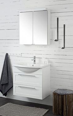 Valkoisella lautaseinällä saadaan maalaistunnelmaa ja -tyyliä kylppäriin. - Wonderful, rustic style wall.