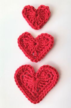 ULTRA QUICK MAKE - free pattern in UK/US crochet terms for these sweet little hearts in three sizes. Use them for card toppers or to decorate any craft project. Free Heart Crochet Pattern, Crochet Applique Patterns Free, Crochet Motifs, Knitting Patterns, Free Pattern, Crochet Simple, Quick Crochet, Crochet Gifts, Crochet Hooks