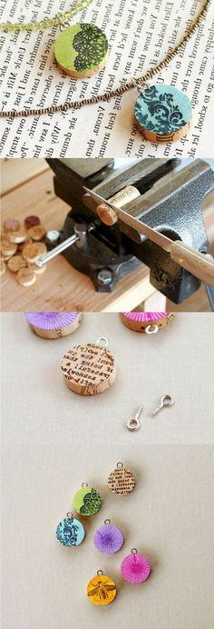 bouchon de liège, collier avec rondins estampés et colorés, bijoux diy à faire seul