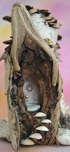 Деревенские серые двери в дупле дерева раздвоенную ветку