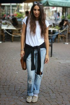 Street Style Tel Aviv: Ripped boyfriend jeans and a white tee