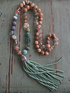 Knotted tassel necklace Bits of Earth blue tan por slashKnots