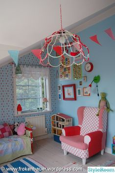 lampstomme,fåtölj,läslampa,leksaker,tavelvägg,dockskåp,svamplampa,säng,vimpel