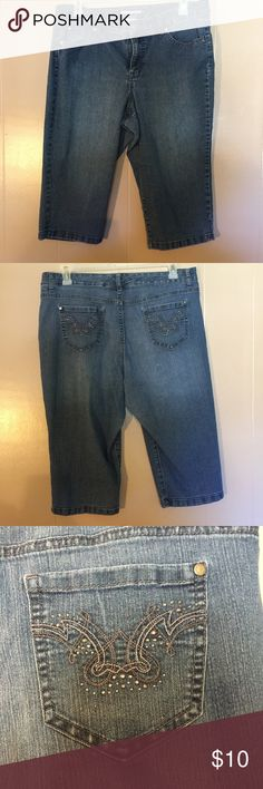 💐 Jean capris with jeweled back pockets Blue jean capris by Bandolino. Outer seam 28, inseam 18, waist 19, hips 21 1/2, rise 11. Smoke free, pet friendly home. Bandolino Pants Capris