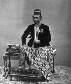 Sultan HB VI which is the king of Yogyakarta, which ruled in the year 1855 - 1877 (source Wikipedia & Tropen museum Netherlands). Old Pictures, Old Photos, Vintage Photos, Traditional Thai Clothing, Indonesian Art, Dutch East Indies, Javanese, World Cultures, Southeast Asia