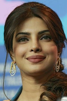 Priyanka Chopra Dress, Priyanka Chopra Makeup, Beautiful Bollywood Actress, Beautiful Indian Actress, Beautiful Women, Indian Bollywood, Bollywood Fashion, Celebrity Prom Dresses, Deepika Padukone Hot