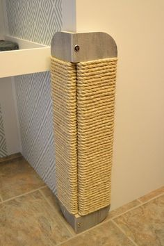 This is the modern horizontal scratching posts for cats from HUVEcollection, product of modern design, essential in the life of your that will harmonize with the interior design of your home. Place the scratching post HUVEcollection at the entrance t Cat Playground, Cat Shelves, Cat Condo, Cat Scratcher, Cat Room, Pet Furniture, Furniture Ideas, Modern Cat Furniture, Cheap Furniture