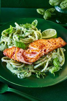Salmon on Avocado Basil Noodles- Lachs auf Avocado-Basilikum-Nudeln Delicious! (I thawed frozen salmon in the fridge overnight – tastes like fresh) - Avocado Dessert, Noodle Recipes, Avocado Toast, Clean Eating, Food Porn, Dinner Recipes, Veggies, Food And Drink, Favorite Recipes