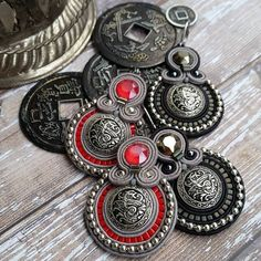 Soutache earrings #soutache #soutacheearrings #jewelrygram #fashion #fashionjewelry #buttonjewelry #buttons #empire #exclusiveaccessories #costumejewelry #embroidery #handembroidered #dragon #red #blackandgrey #larissanovak #сутажныеукрашения #сутаж