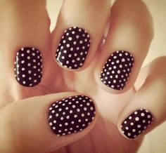 Here you can see a very special creation with black short nails using white dots to ceate a special effect. These nails really attract the attention since they are so unique.