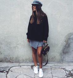 Maxi pull bleu marine + jupette portefeuille grise + baskets blanches = le bon mix (instagram Ines Arroyo)