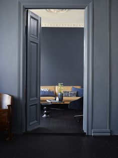 Bakveggen er malt med Deco Blue, mens rommet i front har fått… Dark Walls, Blue Walls, Dark Interiors, Colorful Interiors, Deco Blue, Home Decor Trends, Elle Decor, Apartment Design, Interior Design Inspiration