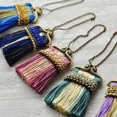Great Color Combinations For These Pretty Tassels Posh paint brushes? Tassel Jewelry, Textile Jewelry, Fabric Jewelry, Diy Jewelry, Handmade Jewelry, Jewelry Design, Jewelry Making, Jewellery, Gold Jewelry