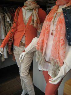 Oranje vest en mooi uitgewerkte beige broek van GUSTAV. Tuniekblouse CREAM, sjaal met veertjes ALEXIA, orange 5-pocket van PEPE