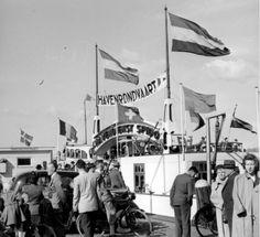 Een rondje met de Spido De naam Spido werd voor het eerst gebruikt in 1919. Fop Smit, de grondlegger van het huidige Smit Internationale, en D.G. van Beuningen namen toen het initiatief om met kleine bootjes verschillende punten met vaste diensten met elkaar te verbinden; toerisme was toen niet het doel. De bootjes, die wel een beetje leken op de huidige watertaxi's, vervoerden mensen naar zee- en rivierschepen. Vanaf 1931 begon het vliegveld Waalhaven dagjesmensen te trekken en Spido…