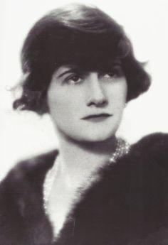 Coco Chanel, 1920    Bientôt, elle ose pousser la chansonnette. Au beuglant de La Rotonde, face à ces officiers du 10e régiment de chasseurs à cheval venus chahuter la gommeuse à la voix aussi frêle que sa taille, «tout engagée dans la guerre de plaire» (Edmonde Charles-Roux). Gracieuse, avec sa lourde chevelure sombre comme son regard, ses seins sveltes qui marqueront son style et ses jambes maigres de garçon, elle devient bientôt la favorite de ces messieurs.