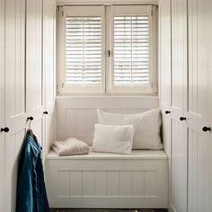 Banco bajo la ventana con armarios empotrados a los lados Decor, Furniture, Home Appliances, Room, House, Interior, Small Places, Deco, Cottage Decor