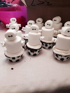 Cupcakes with Baymax Marshmallow treats Fun Cupcakes, Cupcake Cookies, Fun Desserts, Delicious Desserts, Dessert Recipes, Big Hero 6 Party Ideas, Big Hero 6 Baymax, Planes Party, Marshmallow Treats