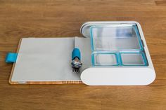 Prepd Pack comes with an outer case that takes on a natural wood aesthetic.  The case opens up to reveal a varying number of food containers, perfectly arranged within.
