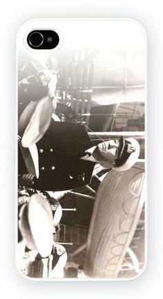 In Which We Serve Cas de telephone portable pour l'iPhone 4, 4S, 4, 5S, 5C et Samsung Galaxy S4 Retour couverture rigide - pas de telephone inclus Moule en polycarbonate dur couverture arriere avec l'image imprimee comme le montreCouleur impression directe est fondu et resistant aux rayures et offre une protection aux chocs et impactsSimple et facile snap sur l'installation d'un acces complet a la camera et portsGratuit Livraison dans le monde http://niftycases.fr/in-which-we-serve