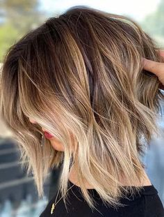 Find here best ever styles of short textured bob haircuts with blonde shades nowadays. Fashionable girls should create this best bob haircut to go before on any special occasion. This will surely give them unique and modern hair look in 2020. Blonde Balayage Highlights, Bronde Balayage, Bronde Bob, Balyage Bob, Highlights Short Hair, Brown Balayage Bob, Balayage Brunette, Soft Brown Hair, Brown Blonde