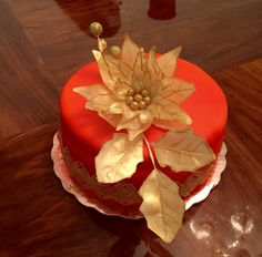 Pastel nochebuena en rojo y dorado