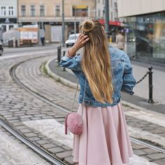 Jeans i róż w nowym poście na blogu: www.juliettecapuleti.com zapraszam  fot. @iwonakonarska #denimjacket #outfit #pink #street #style #streetstyle