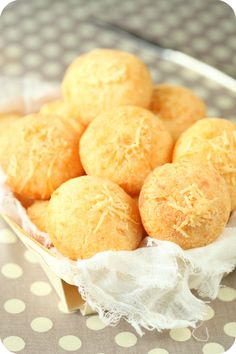 Pão de queijo (de tapioca) - Brazilian Cheese Rolls, so easy to make.