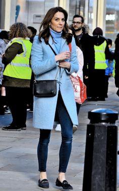 Kate Middleton Spotted Buying Books on Kensington High Street - Dress Like A Duchess Estilo Kate Middleton, Kate Middleton Outfits, Casual Kate Middleton, Kate Middleton Makeup, Looks Kate Middleton, Kate Middleton Wedding, Estilo Real, Elegante Y Chic, High Street Dresses
