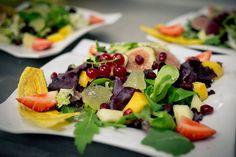 Ensalada de brotes tiernos, frutas y vinagreta de frambuesa. Restaurante El Yantar, Venta del Moro. #rutadelvinoutielrequena