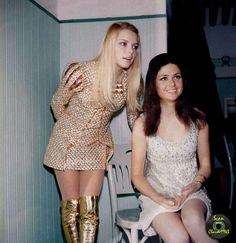 France Gall et Gigliola Cinquetti 1969 France Gall, French Pop, Francoise Hardy, Girls Slip, Famous Girls, I Love Girls, 1960s Fashion, Girl Pictures, Mini Skirts
