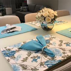 Boa noite amores!!! Conseguimos reposição desse tecido maravilindo!! 💙💙 #sousplatdecor #sousplat #mesadecor Tela Shabby Chic, Shabby Chic Style, Assisted Living Activities, Table Runner And Placemats, Serving Table, Beautiful Table Settings, Napkin Folding, Fall Table, Deco Table
