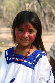 RAGAZZA WAYUU DELLA COLOMBIA Kids Around The World, We Are The World, People Around The World, Precious Children, Beautiful Children, Beautiful World, Beautiful People, First Nations, World Cultures