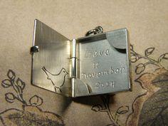 * push present | oogst-sieraden * Collier * Witgouden medaillon hanger met handgravure merel * Ter ere van geboorte van Lieve *