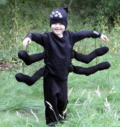 Running a little behind on those Halloween costumes? Check out these 26 Last Minute Halloween Costume Ideas for kids! Book Characters Dress Up, Character Dress Up, Last Minute Halloween Costumes, Halloween Kostüm, Homemade Halloween, Halloween Clothes, Diy Spider Costume, Book Week Costume, Fantasias Halloween