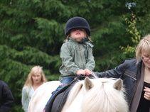 Talutusratsastusta Karhen Markkinoilla 2012. Rit ja Bessi oli haistelemassa kunnon markkinahumua ja totuttelemassa kunnon tapahtumien hulinaan. Riding Helmets, Hats, Hat, Hipster Hat