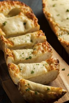 No-Fuss Side Recipe: Easy Cheesy Garlic Bread Garlic bread is a weakness of ours, we'll admit it. However, as strongly as we may feel about garlic bread, it is nothing in comparison to how we feel about cheesy garlic bread. This side dish is. Garlic Cheese Bread, Cheesy Garlic Bread, Side Recipes, Bread Recipes, Cooking Recipes, Pasta Recipes, 12 Tomatoes Recipes, Mozzarella, Snacks Für Party