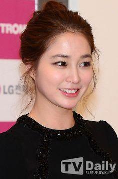 Lee Min Jung is a South Korean actress and model. Jung So Min, Cute Korean, Korean Girl, Korean Beauty, Asian Beauty, Asian Haircut, Vogue Beauty, Cute Beauty, Korean Star