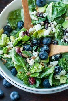 Blueberry Broccoli Spinach Salad with Poppyseed Ranch. Channeling the flavors of some of some of my favorite restaurant salads, this tasty Blueberry Broccoli Spinach Salad with Poppyseed Ranch is the perfect blend of savory sweetness! Winter Salad Recipes, Healthy Salad Recipes, Vegetarian Recipes, Cooking Recipes, Spinach Salad Recipes, Vegetarian Steak, Broccoli Recipes, Healthy Dinners, Salad Recipes For Dinner